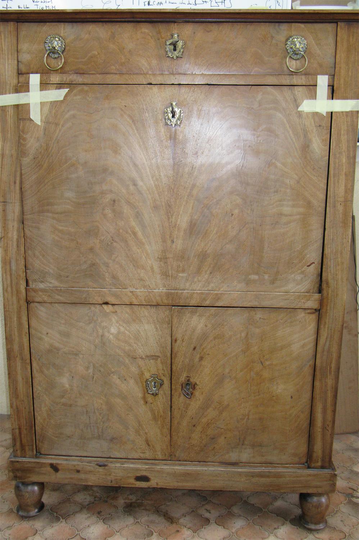 Vue de face du secrétaire Empire en placage acajou, avant la restauration.