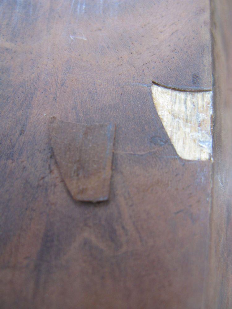Autre restauration d'une lacune du placage d'un pied du piano.