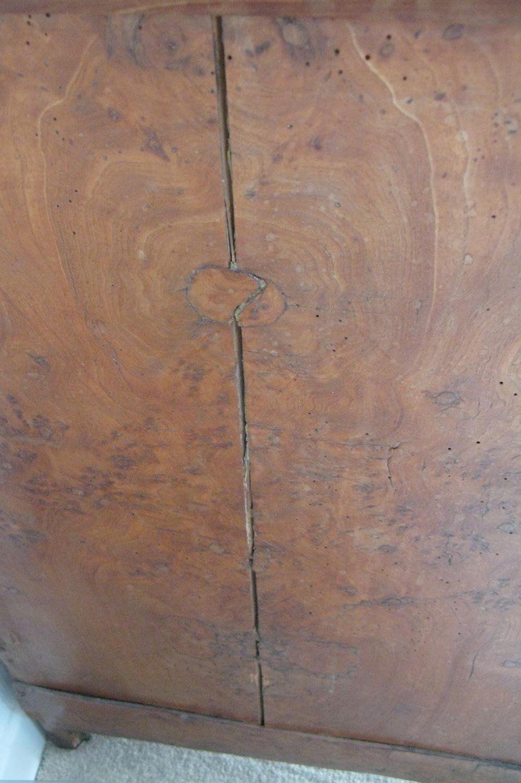 Panneau de gauche fendu de la commode Empire en placage de loupe de frêne avant restauration.