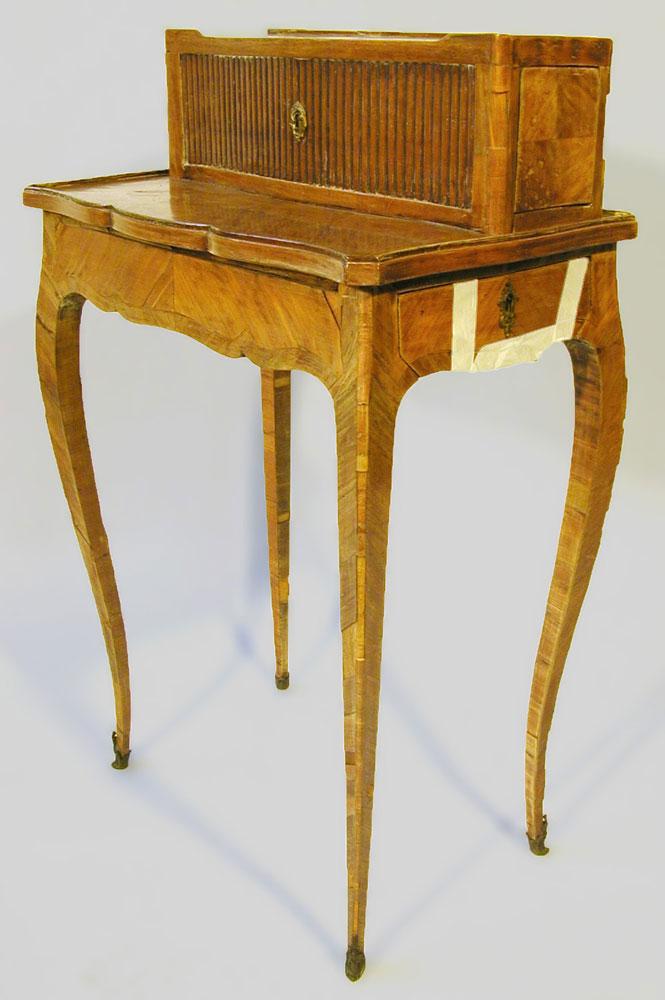 Bonheur du jour Louis XV en placage de bois de rose, estampillé Bircklé, avant la restauration.