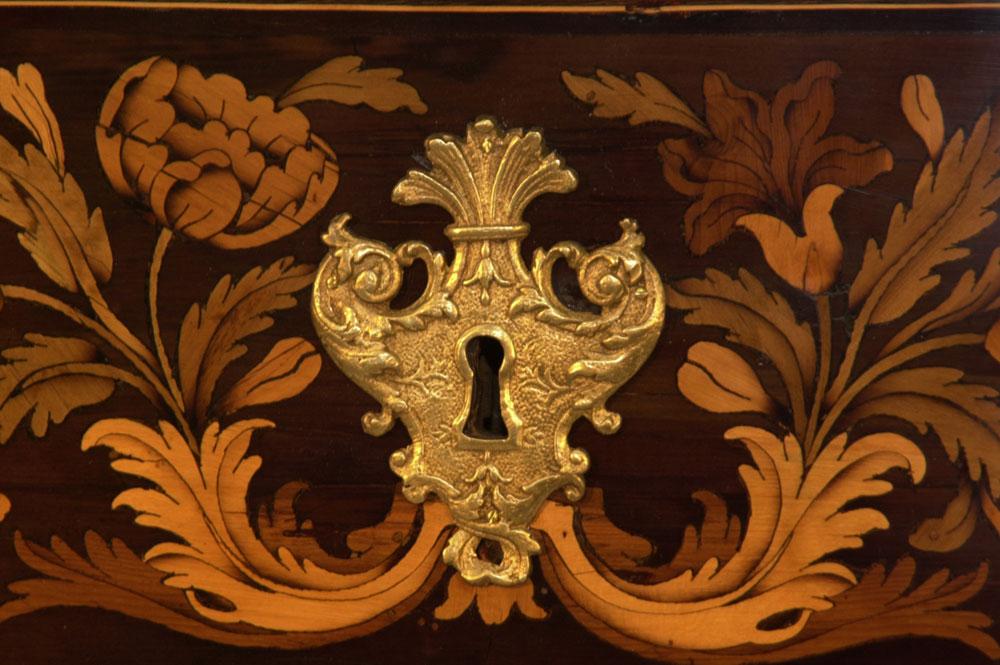Détail d'une entrée de serrure de la commode Mazarine XVIIème en marqueterie après la restauration.