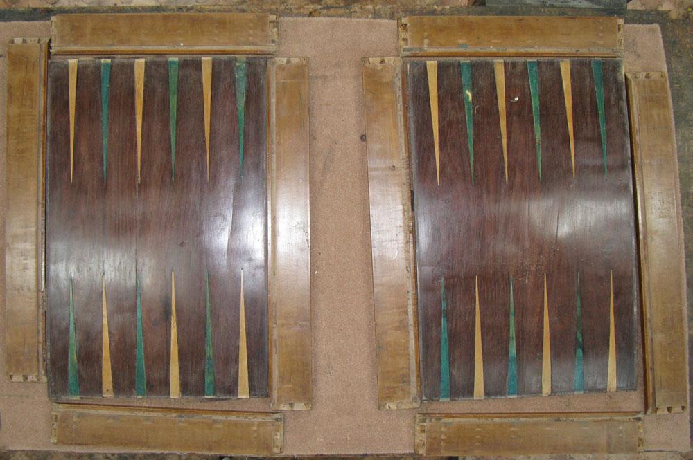 Intérieur de la boîte tric trac, démontée, en cours de restauration.