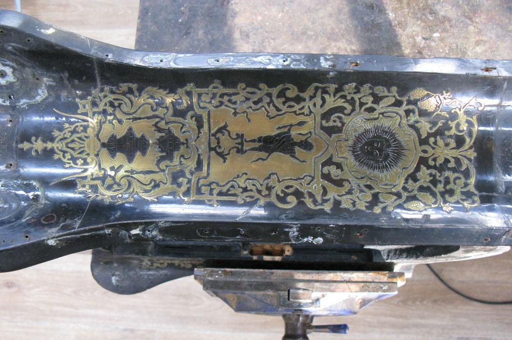 Détail du côté gauche du corps principal avant la dépose de la marqueterie de laiton.