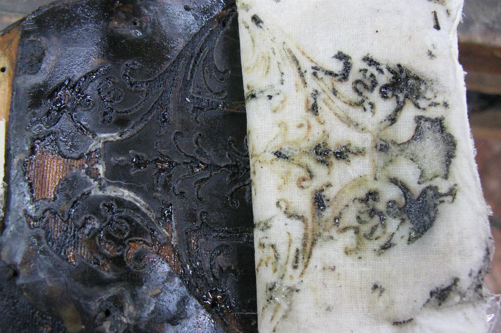 La colle a été ramollie en appliquant un linge humide.