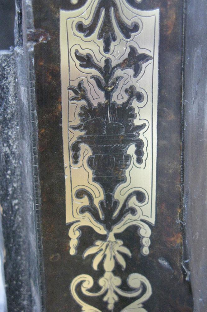 Détail de la marqueterie restaurée d'un montant en façade du corps principal du cartel.