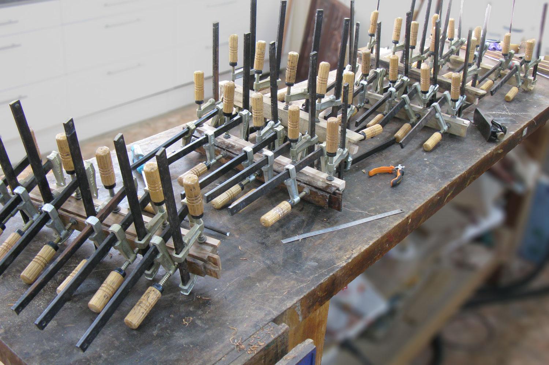 Restauration de tous les coulisseaux usés des tiroirs de la commode Louis XVI en merisier.