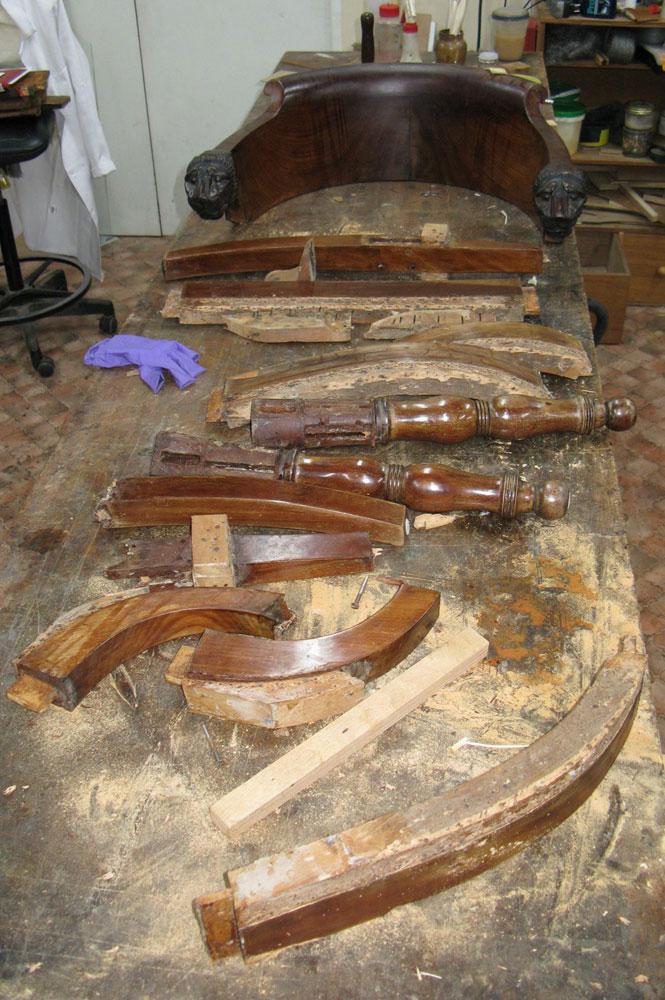 Démontage complet du fauteuil de bureau Empire pour sa restauration.