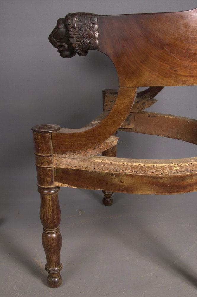 Côté droit du fauteuil de bureau Empire avant la restauration.