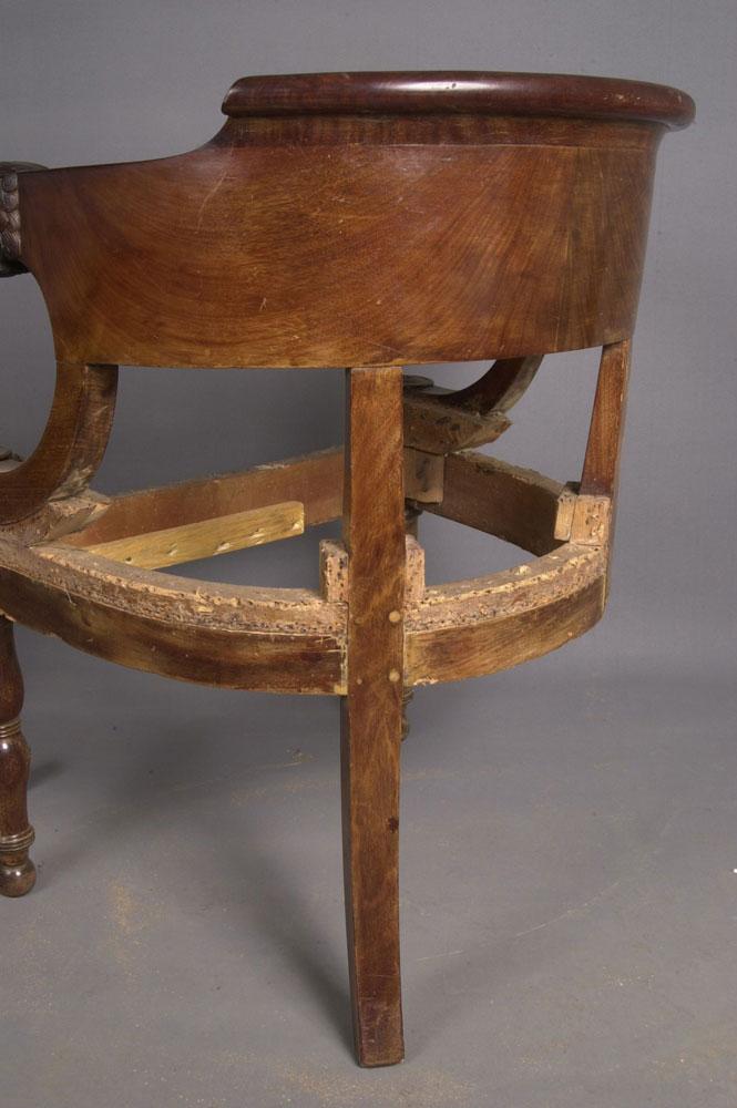 Arrière trois quarts du dossier du fauteuil de bureau Empire avant la restauration.