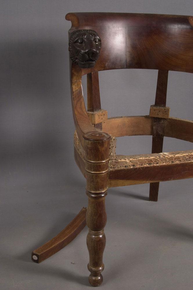 Côté avant gauche du fauteuil de bureau Empire avant la restauration.