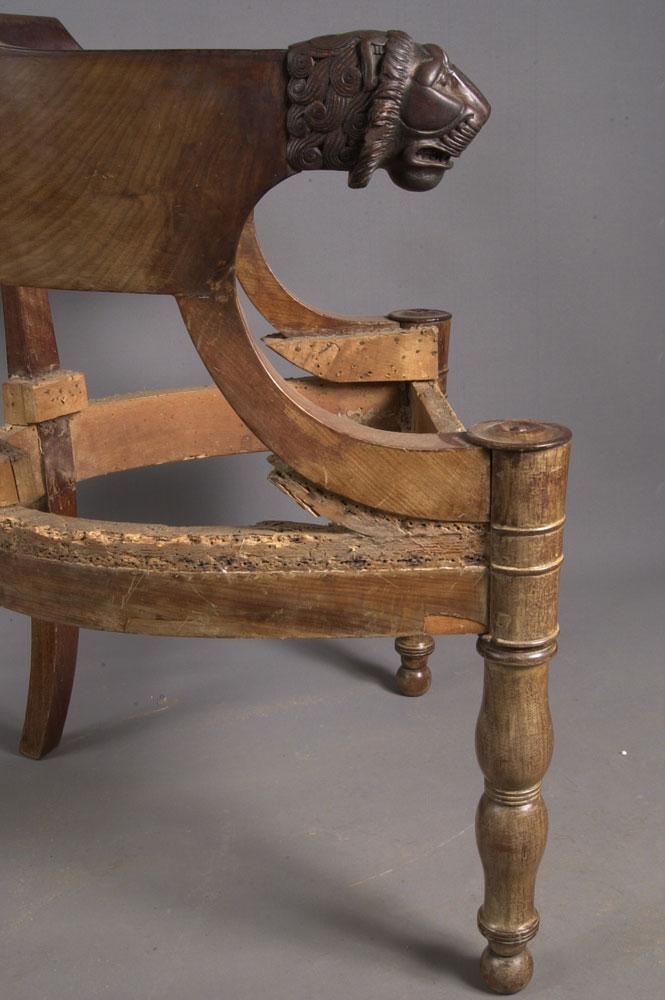 État du côté gauche du fauteuil de bureau Empire avant la restauration.