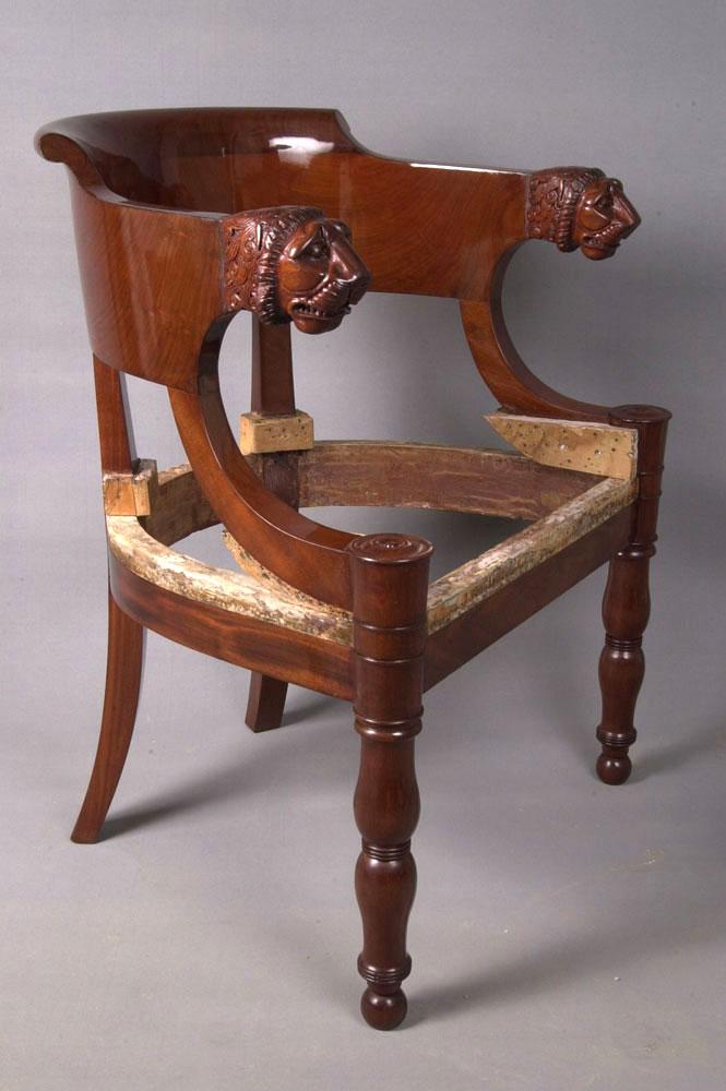 Restauration terminée du fauteuil de bureau Empire avec une finition vernis gomme-laque au tampon.