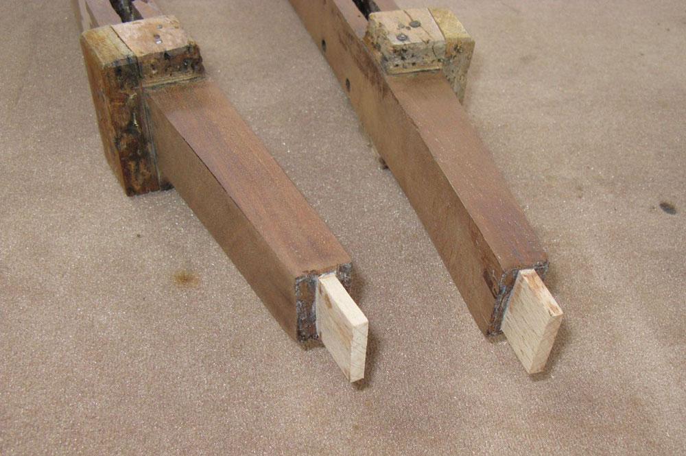 Les deux assemblages des montants du dossier du fauteuil de bureau Empire après restauration.