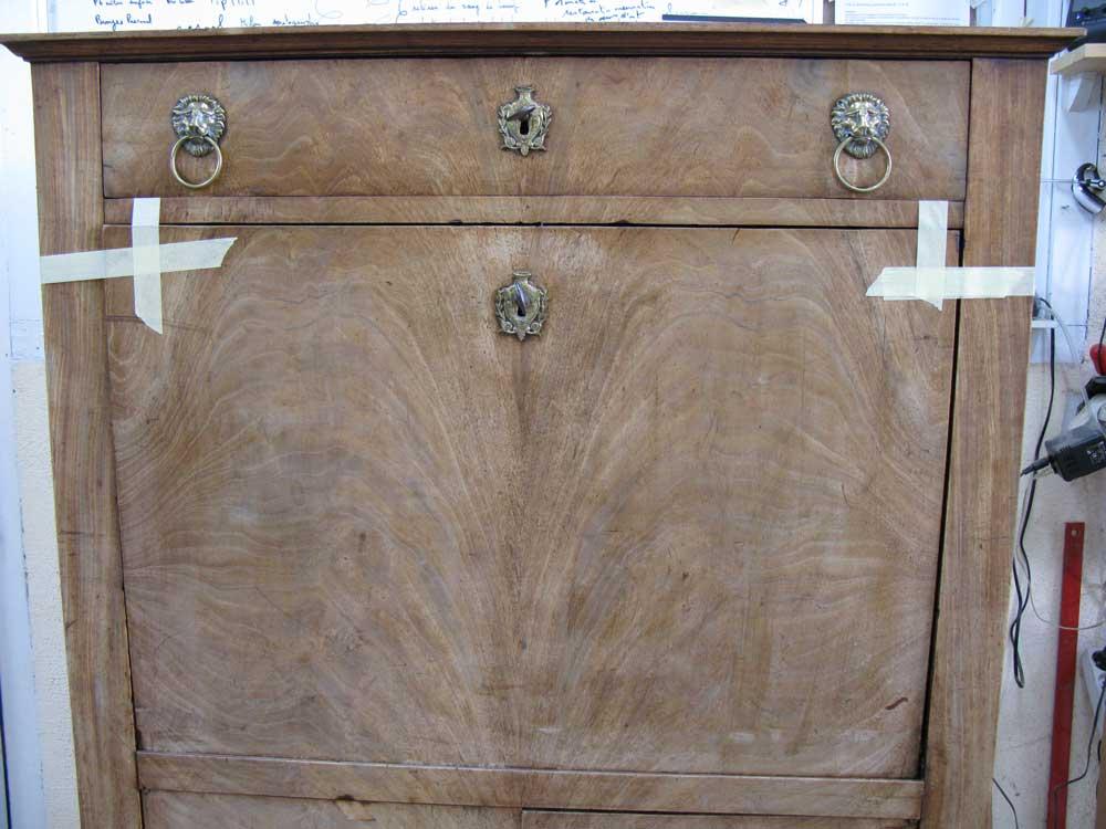 Abattant et tiroir du secrétaire Empire en placage acajou, avant la restauration.
