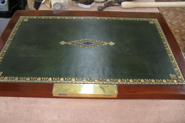 Collage du cuir à l'intérieur de l'abattant du secrétaire.