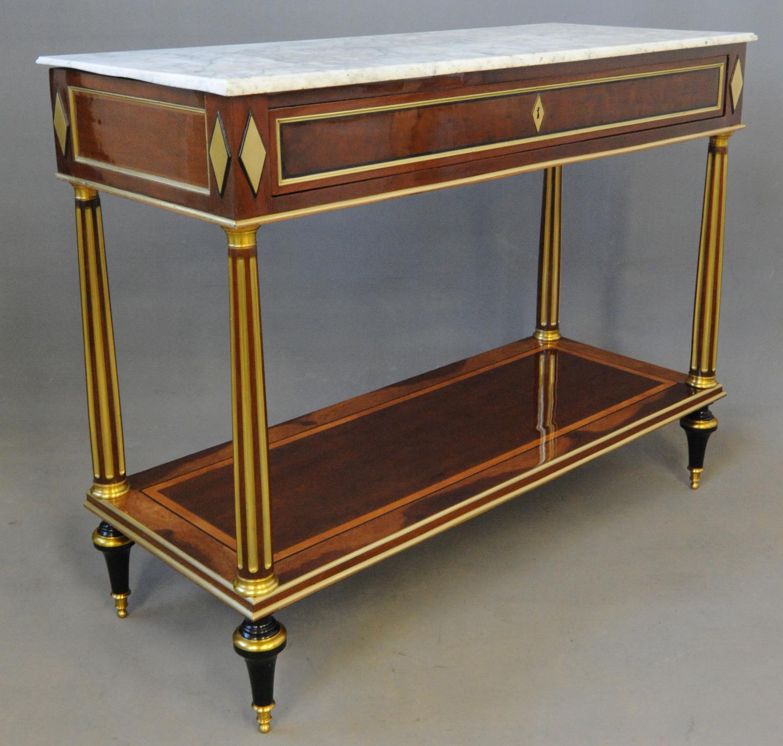 Vue de trois quarts de la console Louis XVI en placage d'acajou, après la restauration.