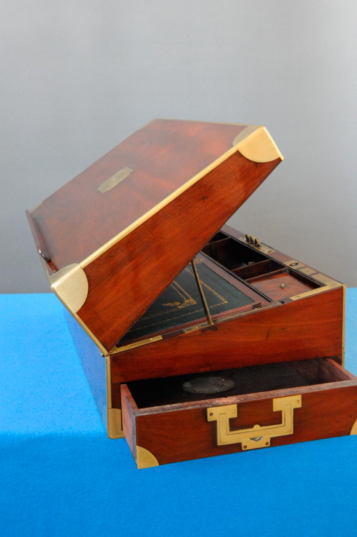 Écritoire XIXe en acajou présenté de côté et tiroir ouvert, après la restauration.