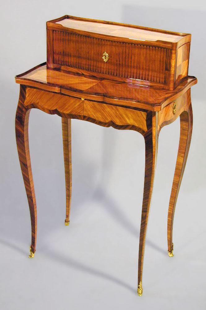 Bonheur du jour Louis XV en placage de bois de rose, estampillé Bircklé, après la restauration.