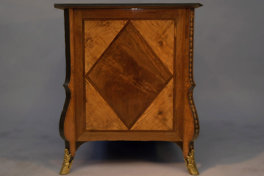 Côté droit de la commode Mazarine XVIIème en marqueterie après la restauration.