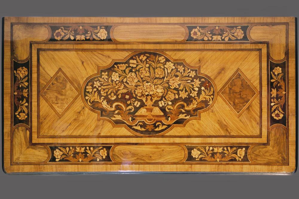 Plateau de la commode Mazarine XVIIème en marqueterie après la restauration.