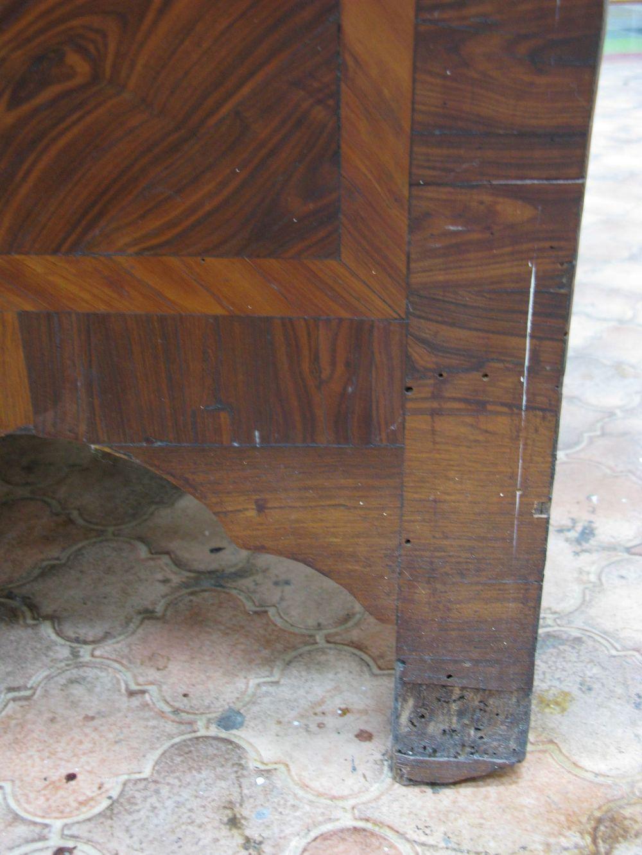Une partie du placage du côté arrière droit de la commode a été remplacé.