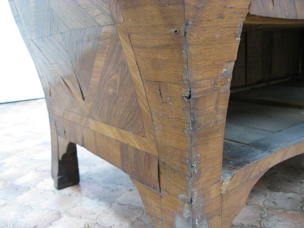État du placage du pied avant gauche, avant la restauration de la commode Régence.