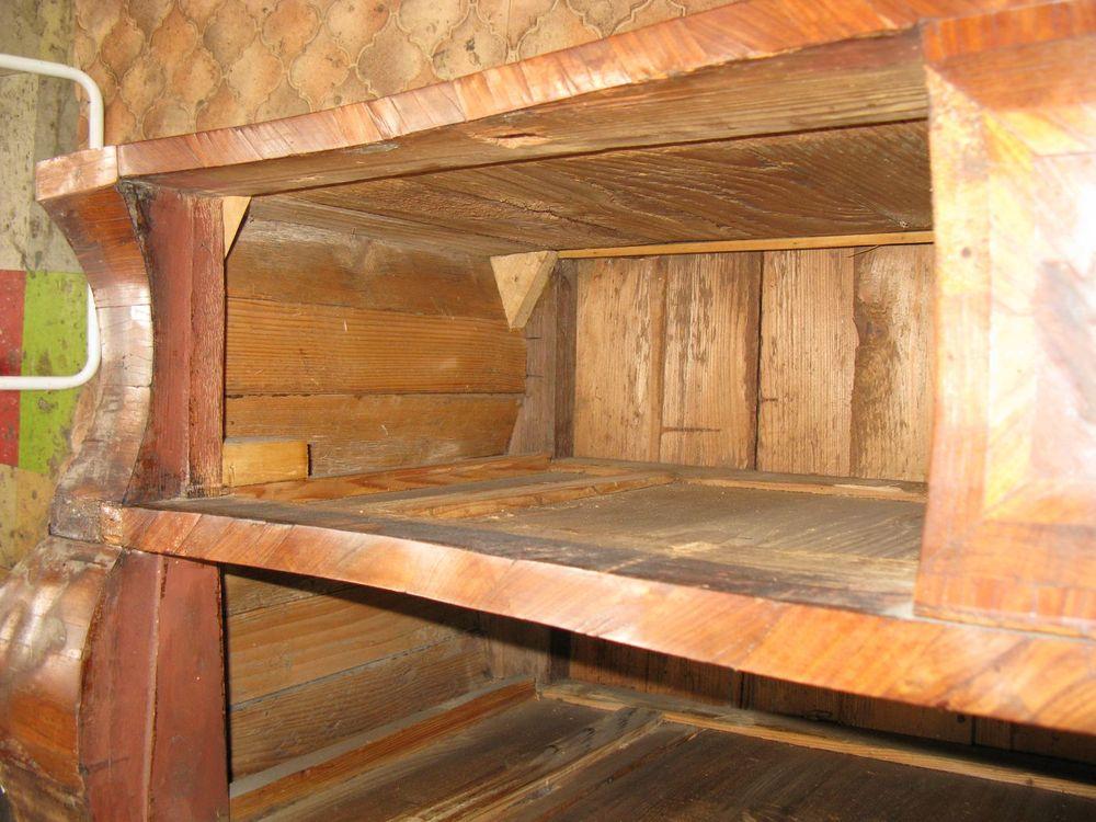 Mauvaise restauration à l'intérieur de la commode Régence.