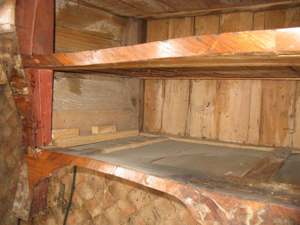 Mauvaise restauration des coulisseaux du tiroir inférieur de la commode Régence.