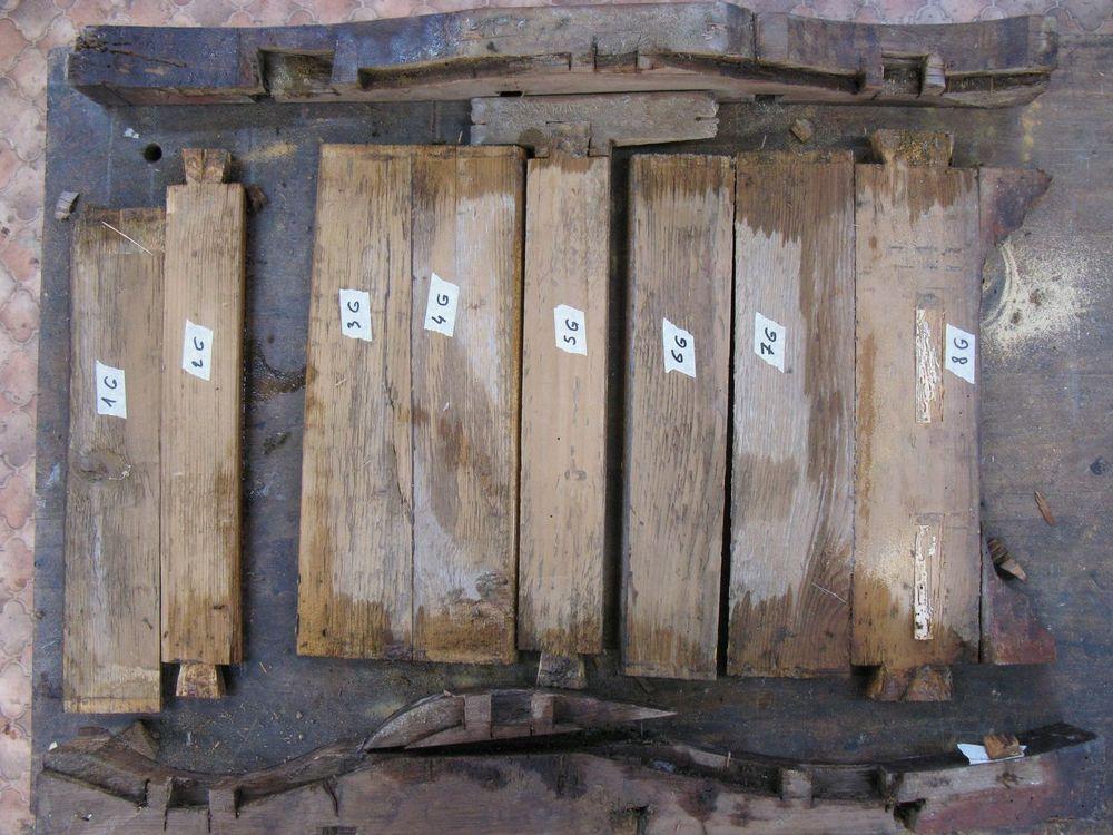 Côté gauche du bâti de la commode Régence après démontage.