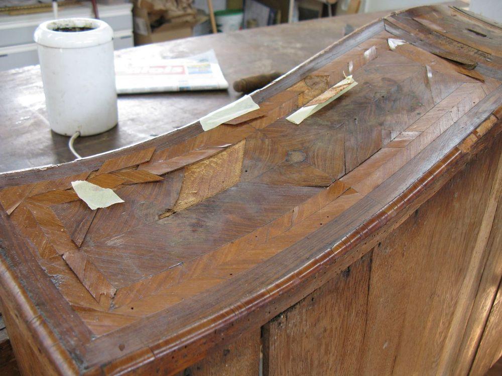 Encollage, pièce par pièce du placage des tiroirs de la commode avant la mise sous vide.