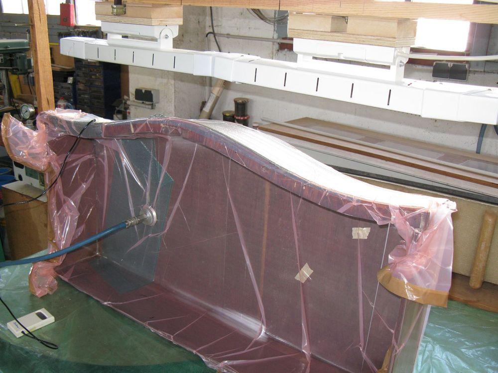 Serrage du placage sous vide et chauffage avec des émetteurs infrarouges.