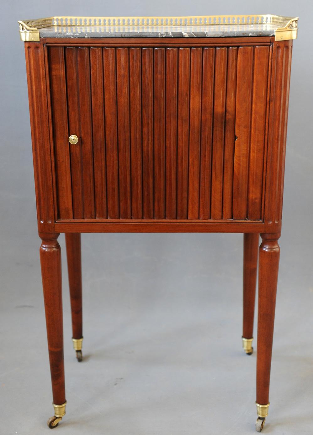Vue de face du meuble à en-cas Louis XVI en acajou après la restauration.