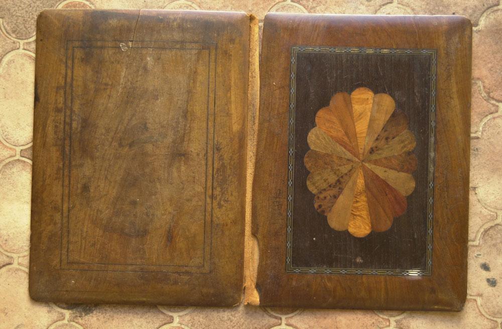 Porte-buvard en bois d'olivier, marqueterie en incrustation avant la restauration, présenté ouvert.