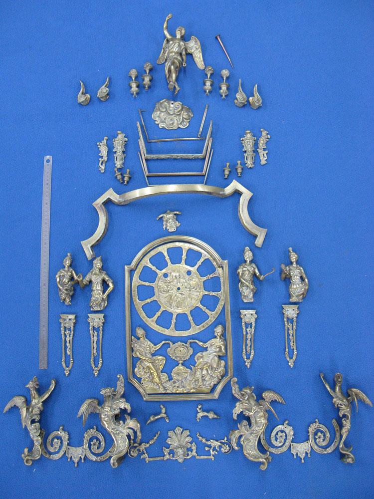 Vue d'ensemble de tous les bronzes du cartel avant leur restauration.