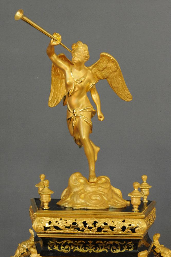Détail de l'ange à la trompette redoré.