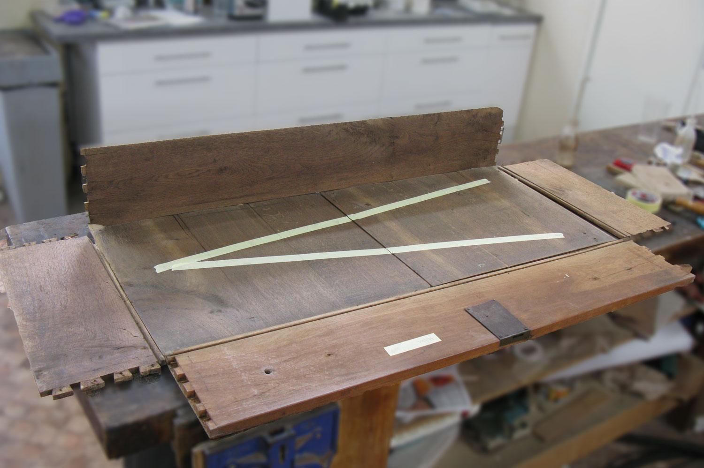 Démontage d'un tiroir de la commode Louis XVI en merisier.