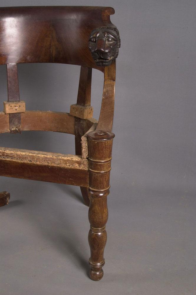 Pied droit du fauteuil de bureau Empire avant la restauration.