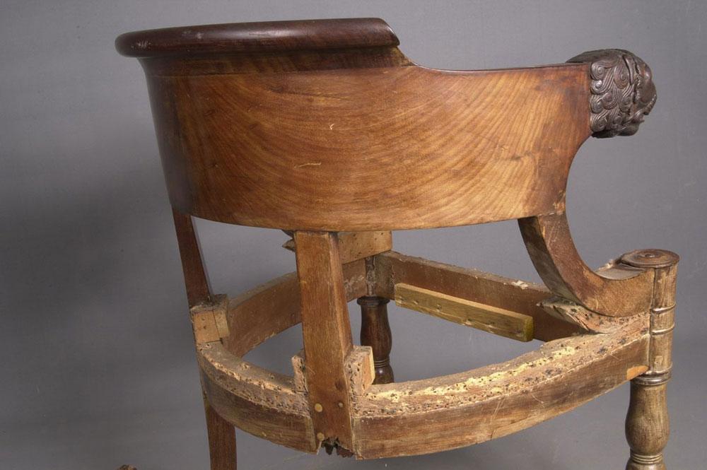 Arrière du dossier du fauteuil de bureau Empire avant la restauration.