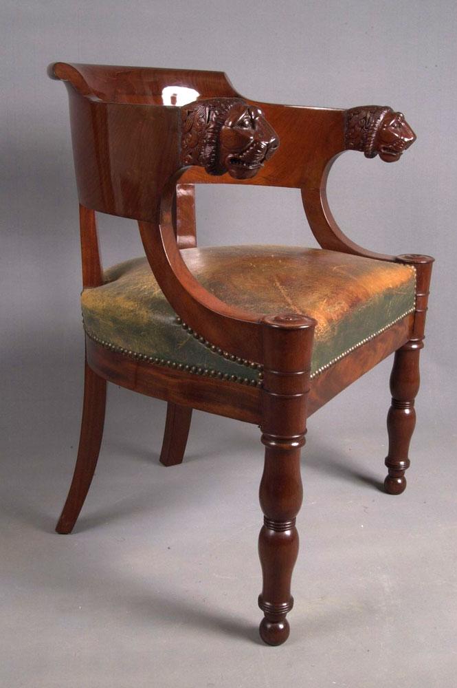 Restauration terminée du fauteuil de bureau Empire avec son cuir d'origine.