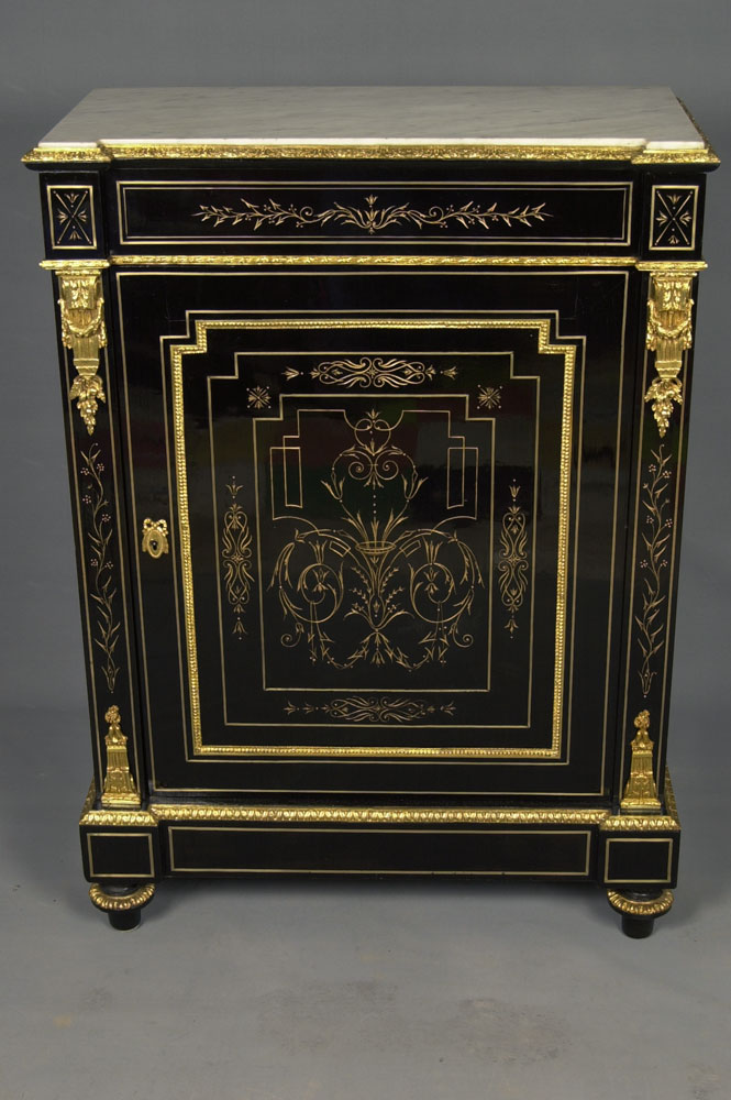 Vue de face du meuble d'appui Napoléon III en placage d'ébène et gravures dorées après la restauration.