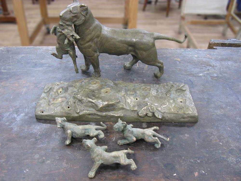 Tous les éléments constituant le bronze sont démontés.